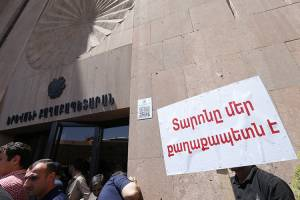 Appeal addressed to Mayor Taron Margaryan on behalf of Yerevan residents was handed to the Municipality staff
