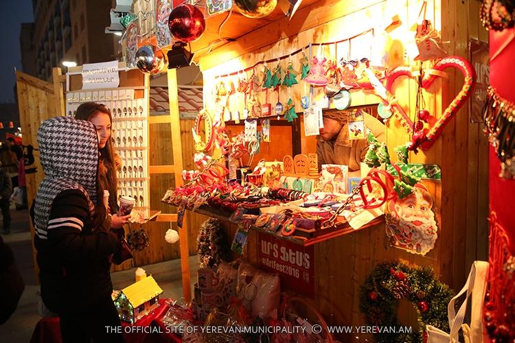 В центре Еревана открылась Рождественская ярмарка