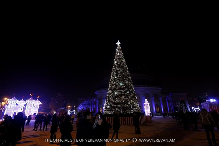 На главной елке Армении зажгись огни