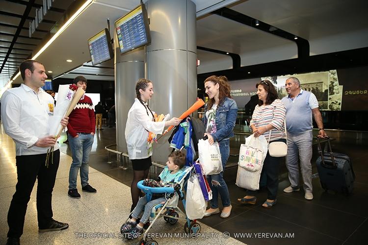 Мэрия Еревана преподнесла сюрприз женщинам и девушкам в честь праздника