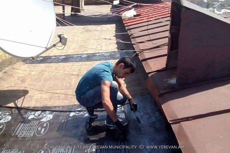 Мэрия Еревана проводит масштабные работы по ремонту крыш многоквартирных зданий