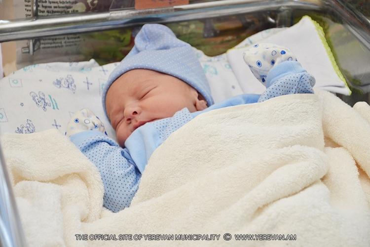 За неделю в столице Армении родились свыше 400 малышей