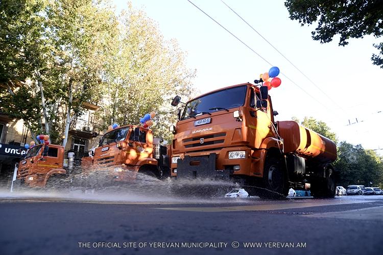 Празднование дня рождения Еревана началось с традиционного парада поливальных машин