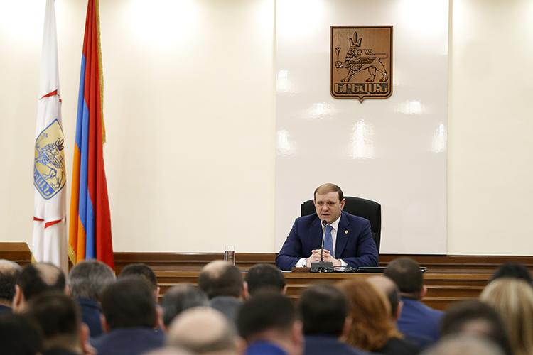 В Ереване готовятся к праздникам влюбленных и Армянской армии