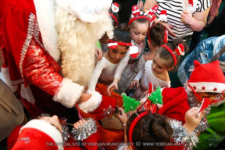В Ереване свыше 40 тысяч детей получили подарки от Деда Мороза