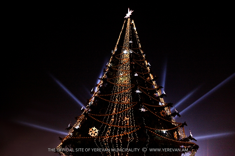 АРМЕНИЯ: Главная новогодняя елка Еревана уже устанавливается