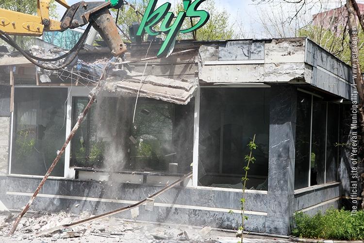 В Ереване демонтировано кафе на Кольцевом бульваре.