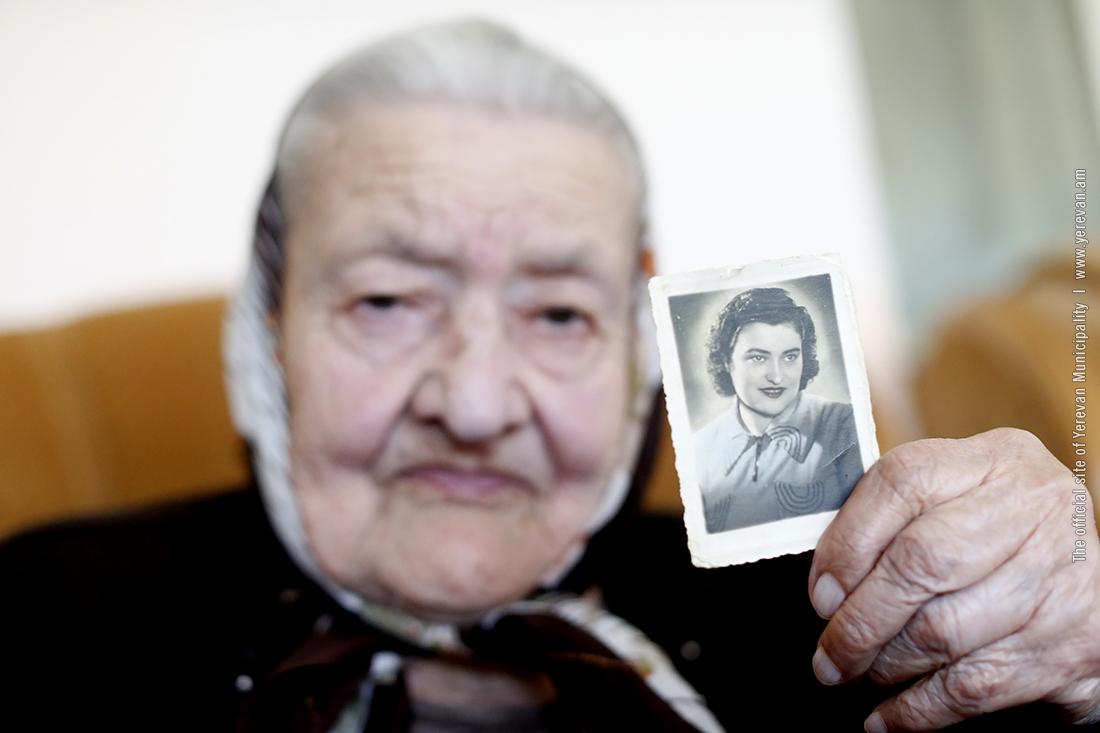 Айк Марутян посетил двух жителей Еревана, переживших Геноцид