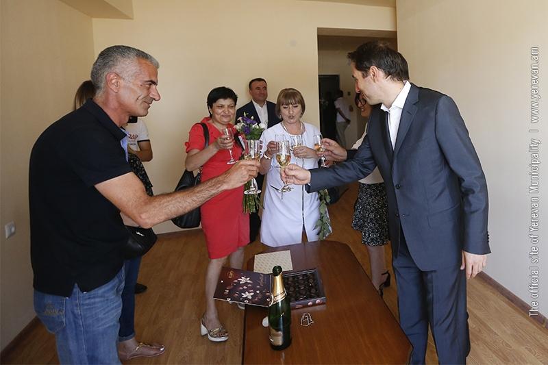 Жильцы двух аварийных зданий в Ереване получили ключи от новых квартир